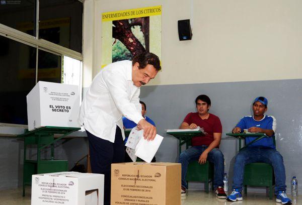 Guayaquil 23 de Febrero del 2014. Jaime Nebot, alcalde de Guayaquil y candidato a la reeleción, sufragó en la junta 249 Hombres, ubicada en la Universidad Agraria. Foto: Marcos Pin /API