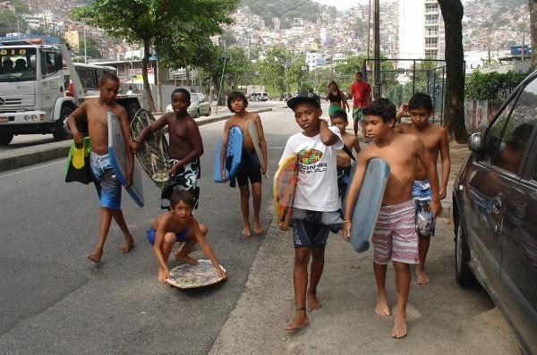 niños brasil surf