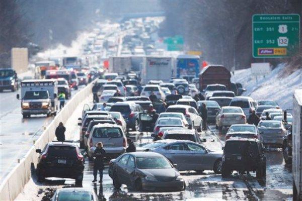 Esta fotografía muestra numerosos vehículos en un accidente múltiple el viernes 14 de febrero de 2014 en Bensalem, Pennsylvania. El accidente de varios camiones y docenas de automóviles ha bloqueado una parte del Turnpike de Pennsylvania en las afueras de Filadelfia. (Foto AP/Matt Rourke)
