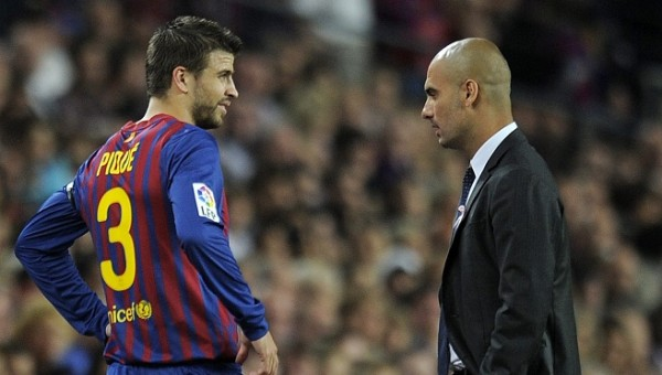 Foto de archivo. Barcelona's defender Gerard Pique (L) talks with Barcelona's coach Josep Guardiola after leaving to field injured during the Spanish League football match between FC Barcelona and Racing Santander on October 15, 2011 at Camp Nou stadium in Barcelona. AFP PHOTO/LLUIS GENE