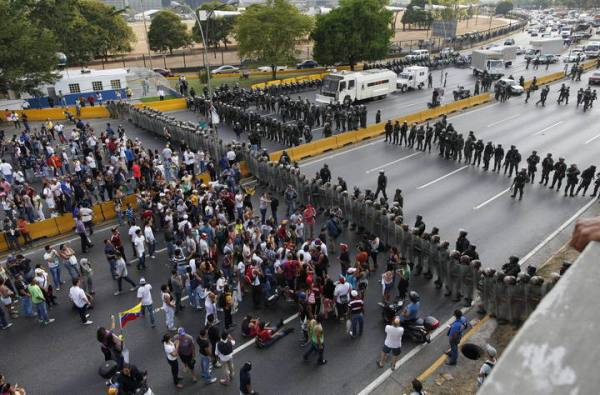 Thousands protest against the electoral fraud in Caracas, Venezuela, 15 April 2013. Protesters got to the highway where thwy were stopped by the police. Earlier, Capriles had told his supporters to hit saucepans in case elected president Nicolas Maduro was finally proclaimed President. EFE/David Fernandez