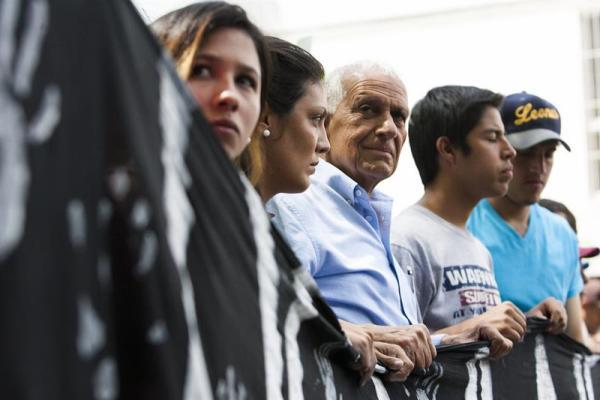 Derrick Redman (c), padre de Robert Redman, uno de los estudiantes muertos durante manifestaciones el miércoles pasado en Caracas, participa en una protesta en contra de la represión en Caracas, hoy, lunes 17 de febrero de 2014, frente a la sede del Conatel en Caracas. EFE/Santi Donaire
