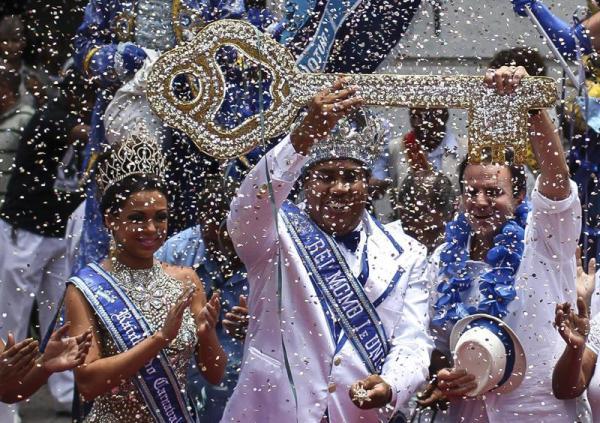 RÍO DE JANEIRO (BRASIL), 28/02/14.- El rey Momo recibe las llaves de la Río de Janeiro de manos del alcalde de la ciudad, Eduardo Paes (d) hoy, viernes 28 de febrero de 2014, en Río de Janeiro (Brasil). El rey Momo, personaje tradicional que encarna el carnaval, también dio el pistoletazo de salida a cinco días de fiesta en la ciudad brasileña. EFE/Antonio Lacerda.