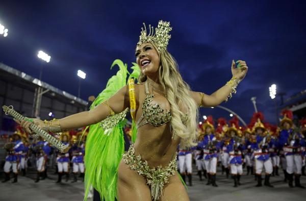 Una bailarina de la escuela de samba Academicos do Tatuape durante un desfile de carnaval en Sao Paulo, Brasil, el domingo 2 de marzo de 2014. AP/Andre Penner