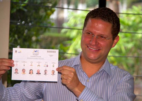 El candidato a alcalde de Quito por el movimiento SUMA, Mauricio Rodas, vota el 23 d febrero de 2014. API/Javier Cazar