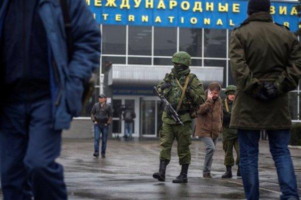 Hombres armados no identificados patrullan el aeropuerto de Simferopol, Ucrania, el viernes 28 de febrero de 2014. (Foto de AP/Andrew Lubimov)