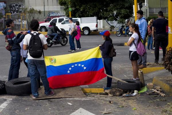 Un grupo de personas se congrega durante una protesta de la oposición venezolana hoy, lunes 16 de febrero de 2014, en el sector El Cafetal en Caracas (Venezuela).  EFE/Miguel Gutiérrez