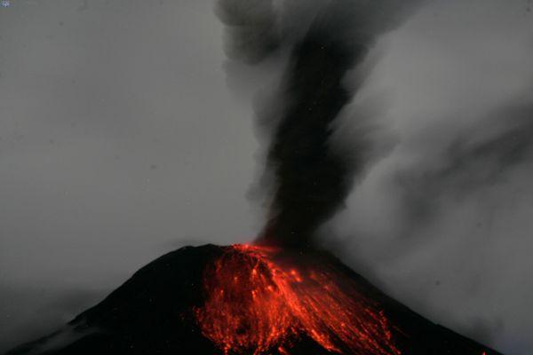 Patate, 18 de octubre del 2013. El volcán Tungurahua visto desde el cantón Patate con explosiones de ceniza e incandescencia. APIFOTO/Carlos Campaña