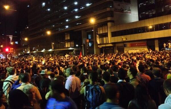 Noche del jueves 13 de febrero, en Caracas. Foto tuiteada por el diario El Nacional.