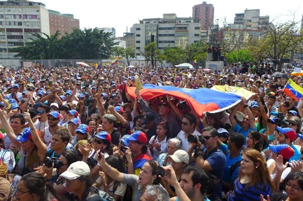 Corina recibiendo el apoyo de los venezolanos