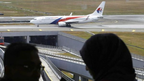 SHS04. Sepang (Malaysia), 16/03/2014.- A Malaysia Airlines plane moves slowly on the runway on the 9th day of the search of a missing plane at the Kuala Lumpur International Airport, in Sepang, outside Kuala Lumpur, Malaysia, 16 March 2014. Malaysia Airlines flight MH370 with 239 people on board went missing early 08 March 2014 while on its way to Beijing. Investigators determined flight MH370 had deliberately changed course and headed westward before its communication system was disabled. Search efforts in the South China Sea were called off as the focus shifted to the Indian Ocean. EFE/EPA/SHAMSHAHRIN SHAMSUDIN