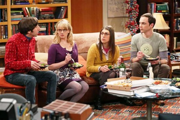 "Simon Helberg, Melissa Rauch, Mayim Bialik y Jim Parsons en ""The Big Bang Theory"""
