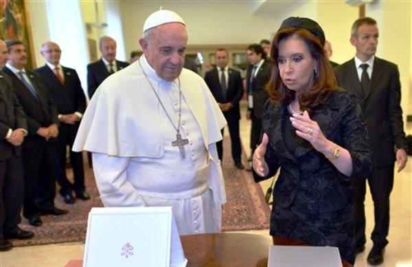 La presidenta argentina Cristina Fernández le entrega un regalo al papa Francisco durante una audiencia privada en el Vaticano, el lunes 17 de marzo de 2014. (AP foto/Alberto Pizzoli, Pool)