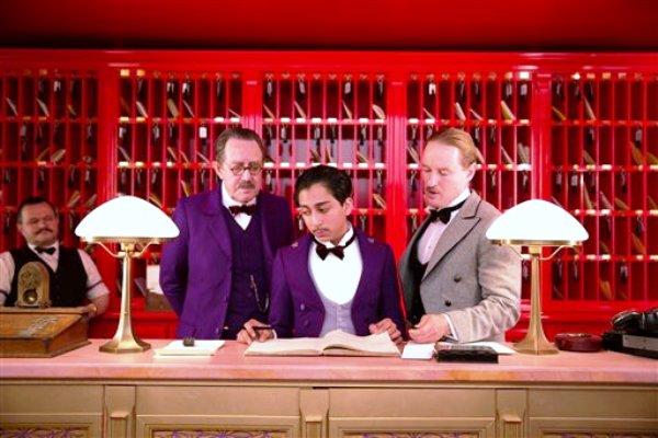 """De izquierda a derecha Tom Wilkinson, Tony Revolori y Owen Wilson en una escena de """"The Grand Budapest Hotel"""" en una fotografía proporcionada por Fox Searchlight. (Foto AP/Fox Searchlight)"""