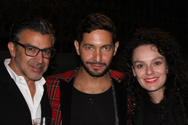El diseñador cuencano Gustavo Moscoso con amigos en la fiesta de inauguración.