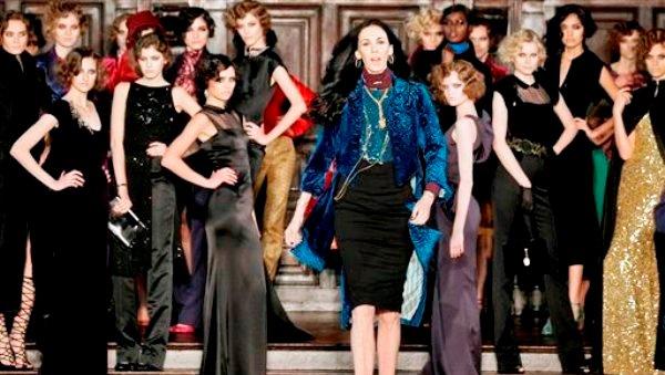 La diseñadora L?Wren Scott, centro, después del desfile de su colección otoño 2012 en la Semana de la Moda de Nueva York en una fotografía del 16 de febrero de 2012. Scott, quien era novia de Mick Jagger apareció muerta el 17 de marzo de 2014 en Manhattan por un posible suicidio. (Foto AP/Richard Drew, archivo)