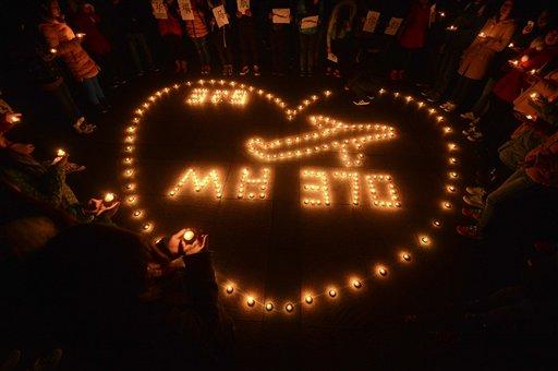 En esta foto del 13 de marzo de 2014, estudiantes realizan una vigilia con velas por los pasajeros del vuelo desaparecido de  Malaysia Airlines MH370 en Yangzhou, China. (AP Foto)  CHINA OUT
