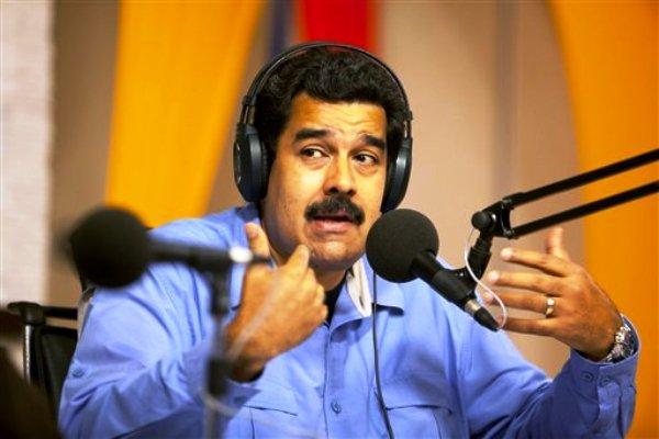Presidente venezolano Nicolás Maduro habla por radio desde el palacio presidencial de Miraflores el 11 de marzo de 2014. Maduro amenazó el viernes 14 de marzo de 2014 con sancionar a cualquier aerolínea extranjera que decida reducir o suspender sus vuelos a Venezuela durante la actual crisis que enfrenta el país, y aseguró que no tienen razones objetivas para ello. (AP Photo/Alejandro Cegarra)