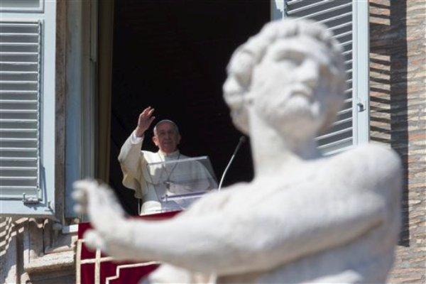 El papa Francisco imparte la bendición durante la oración del mediodía desde la ventana de su estudio donde se aprecia la Plaza de San Pedro, el domingo 9 de marzo de 2014, en el Vaticano. (Foto AP/Andrew Medichini)