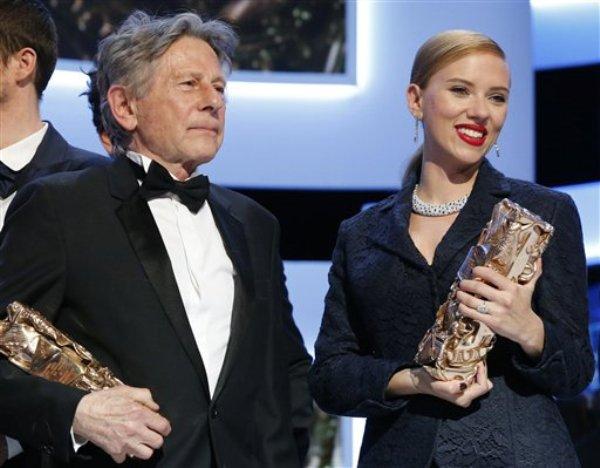 El director de cine francés Roman Polanski y la actriz estadounidense Scarlett Johansson con sus galardones en la entrega de los premios Cesar en París el viernes 28 de febrero