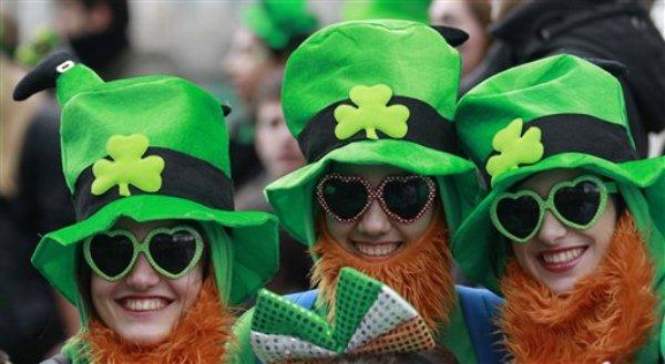 Gente vestida de verde esmeralda en honor al Día de San Patricio de Irlanda mientras gozan del ambiente durante el desfile de San Patricio en Dublin, Irlanda el 17 de marzo del 2014. El principal desfile del mundo en homenaje al orgullo irlandés se realizó bajo un cielo gris, concluyendo un fin de semana de celebraciones con motivo del Día de San Patricio. (Foto AP/Peter Morrison)
