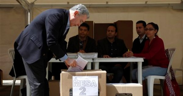 El ex presidente de Colombia Alvaro Uribe, quien es candidato a senador por el Partido del Centro Democrático, vota durante las elecciones legislativas en Bogotá, Colombia, el domingo 9 de marzo de 2014. (Foto AP/Fernando Vergara)