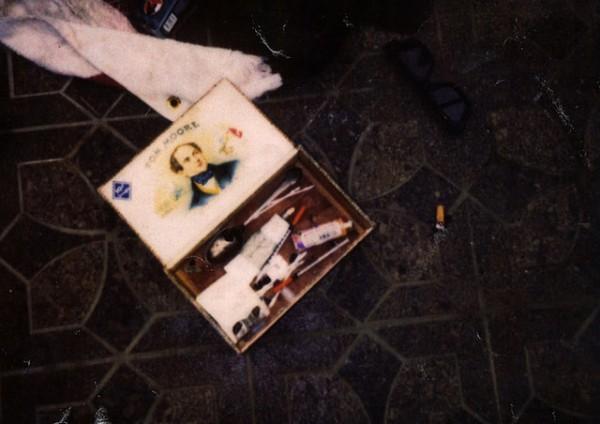 En esta foto de abril de 1994 proporcionada por el Departamento de Policía de Seattle, artículos hallados en la escena del suicidio de Kurt Cobain en una imagen nunca antes vista. La vocera policial Renee Witt dijo el jueves 20 de marzo del 2014 que varios rollos de fotos sin revelar fueron hallados cuando un detective reestudiaba el caso de Cobain recientemente. (AP Foto/Departamento de Policía de Seattle)