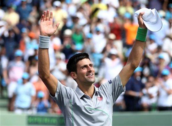 El serbio Novak Djokovic saluda al público tras derrotar 6-3, 6-3 al español Rafael Nadal durante la final masculina del Master de Miami, el domingo 30 de marzo de 2014, en Key Biscayne, Florida. (AP Foto/J Pat Carter)