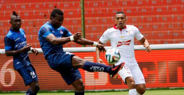 Quito, 30 de marzo 2014.- En la décimo primera fecha del campeonato ecuatoriano de fútbol, Liga de Quito (blanco) recibió en Casa Blanca al Olmedo de Riobamba (azul). (Eduardo Flores/API)