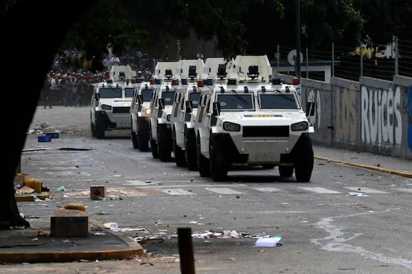 Carros blindados de la Guardia Nacional arriban al barrio Los Ruices en Caracas, Venezuela, el jueves 6 de marzo de 2014. Un agente de la Guardia Nacional y un civil murieron baleados el jueves en medio de un violento enfrentamiento entre vecinos y grupos de motorizados armados que intentaban levantar una barricada en una calle de esa localidad. (AP foto/Fernando Llano)