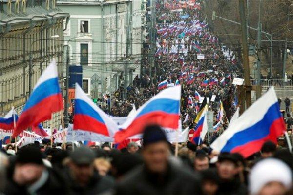 Más de 10.000 manifestantes con banderas rusas marcharon en el centro de Moscú el domingo 2 de marzo de 2014 para expresar apoyo a su gobieno ante los recientes acontecimientos en la relación con Ucrania. (Foto AP/Pavel Golovkin)