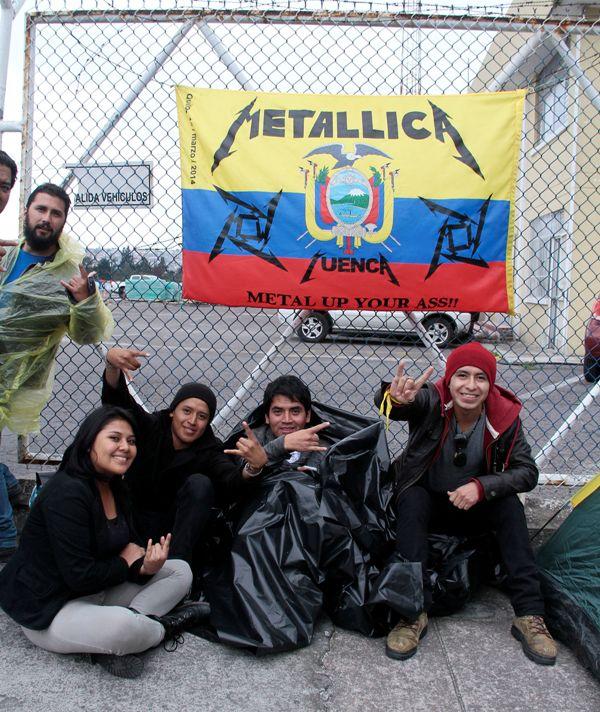 QUITO 15 DE MARZO DEL 2014. Fanáticos de Metallica comienzan la espera del concierto a las afueras del parque Bicentenario. FOTOS API / JUAN CEVALLOS.