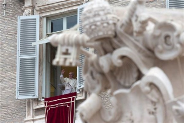 El papa Francisco bendice a los fieles durante la oración del Angelus desde la ventana de su despacho frente a la Plaza de San Pedro, en el Vaticano, el domingo 2 de marzo de 2014. (Foto AP/Alessandra Tarantino)