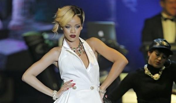 """En esta foto del 10 de julio del 2013, Rihanna canta en """"Le Sporting"""" en MÛnaco durante su gira mundial ìDiamondsî. El Consejo de DiseÒadores de Moda de Estados Unidos anunciÛ el lunes 24 de marzo del 2014 que la estrella pop de 26 aÒos recibir· el Premio Icono el prÛximo 2 de junio en Nueva York. (AP Foto/Lionel Cironneau, Archivo)"""