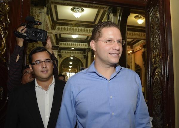 El alcalde de Quito, Mauricio Rodas, a su llegada al Municipio de Guayaquil.
