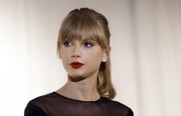 Taylor Swift en el Salón y Museo de la Fama de la Música Country en Nashville, Tenesí. (AP Foto/Mark Humphrey)