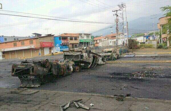 Barricada en la Av. España, en San Cristóbal, Táchira, Venezuela. Foto tuiteada el lunes 10 de marzo de 2014, a las 13h36, por la cuenta @ejhm18.