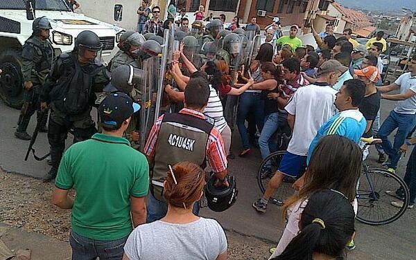 Enfrentamiento de mujeres con la Guardia Nacional Boliviariana, en San Cristóbal, el lunes 10 de marzo de 2014, 11h35.
