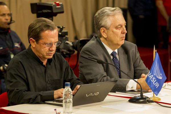 Los cancilleres de Ecuador, Ricardo Patiño (i), y de Brasil, Luiz Alberto Figueiredo (d), asisten a la reunión del Gobierno venezolano con los miembros de la Mesa de Unidad Nacional (MUD) y representantes del Nuncio Eclesiástico venezolano y cancilleres de Unasur hoy, jueves 10 de abril de 2014, en el Palacio de Miraflores en Caracas (Venezuela). El Gobierno y la oposición comenzaron hoy el diálogo para tratar de encontrar salidas a la crisis política en el país en presencia de una representación de tres cancilleres de la Unión de Naciones Suramericanas (Unasur) y del nuncio en Caracas, Aldo Giordano. EFE/Santi Donaire