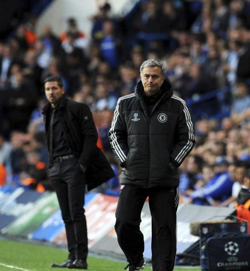 El entrenador de Chelsea, el portugués José Mourinho (d), y el del Atlético de Madrid, el argentino Diego Simeone (i), fotografiados en la banda durante el partido de vuelta de semifinales de la Liga de Campeones que enfrenta a sus equipos en Stamford Bridge en Londres, Reino Unido, hoy, miércoles 30 de abril de 2014. EFE