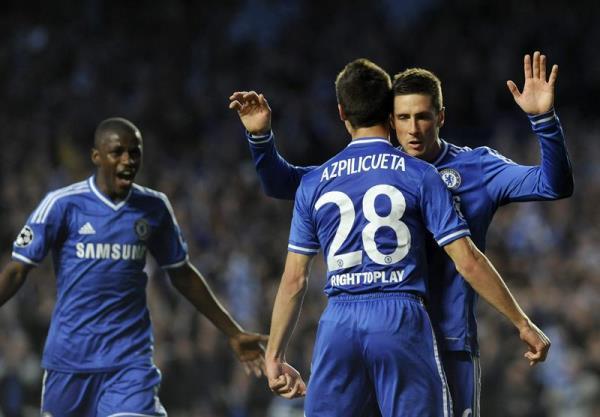 El delantero español del Chelsea Fernando Torres (d) celebra con su compañero y compatriota César Azpilicueta (2d) tras marcar el 1-0 durante el partido de vuelta de semifinales de la Liga de Campeones que enfrenta a su equipo contra el Atlético de Madrid en Stamford Bridge en Londres, Reino Unido, hoy, miércoles 30 de abril de 2014. EFE