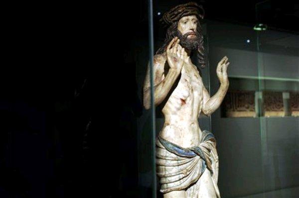 """Una estatua de madera de 1520, """"Cristo mostrando sus heridas"""","""