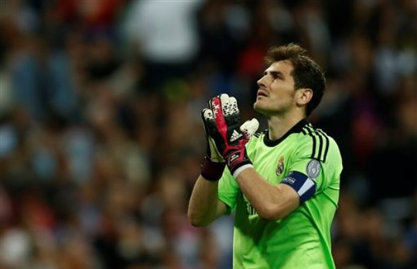 Foto de archivo. El portero del Real Madrid Iker Casillas reacciona durante el partido ante Bayern Munich en las semifinales de la Liga de Campeones el miércoles 23 de abril de 2014. (AP Foto/Andres Kudacki).