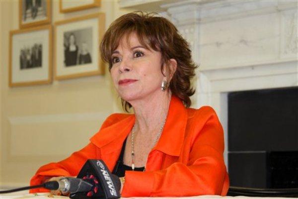 """La escritora chilena Isabel Allende ofrece una charla en la Americas Society en Nueva York el martes 15 de abril del 2014. Su más reciente novela, """"El juego de Ripper"""", se publicó a principios de año. (AP Foto/Eva Font)"""