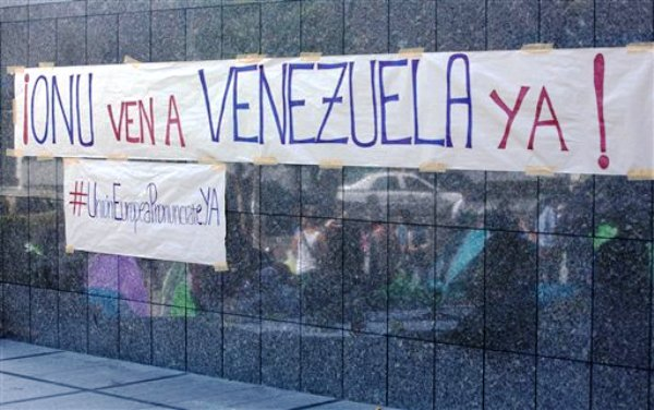 Letreros en los que se solicita que una misión de la ONU visite Venezuela fueron colocados en las oficinas de esta organización en Caracas, el martes 25 de marzo de 2014. Opositores y el presidente venezolano Nicolás Maduro se reunieron con una misión de cancilleres de Unasur que visitaron el país para fomentar el diálogo entre ambas partes. (Foto de AP/Fernando Llano)