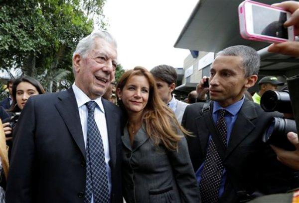 El premio Nobel de literatura peruano Mario Vargas Llosa, centro, posa para un retrato con una admiradora en la Feria Internacional del Libro en Bogotá, Colombia, el martes 29 de abril de 2014. Perú es el país invitado de honor para la feria 2014. (Foto AP/Fernando Vergara)