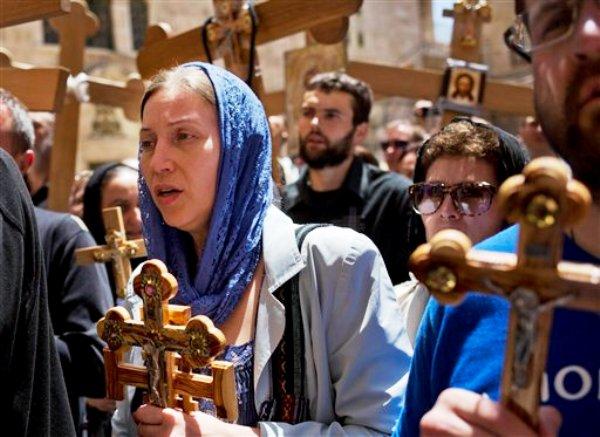 Peregrinos con cruces durante el Viernes Santo en Jerusalén el 18 de abril del 2014. (AP Foto/Dusan Vranic)
