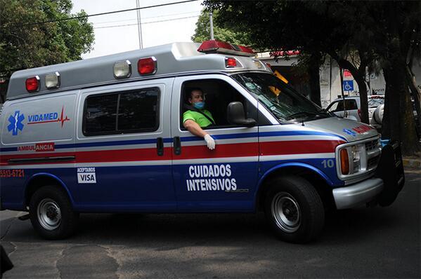Medios de comunicación toman imágenes de la ambulancia donde es transportado el escritor colombiano Gabriel García Márquez hoy, martes 8 de abril de 2014, en Ciudad de México. EFE/Mario Guzmán