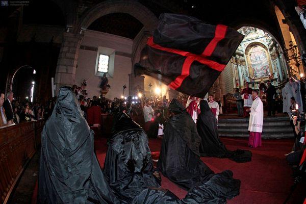 QUITO 16 DE ABRIL DEL 2014. Hoy se realizo el evento religioso del Arrastre de Caudas en la Catedral Metropolitana de QUITO FOTOS API / JUAN CEVALLOS.
