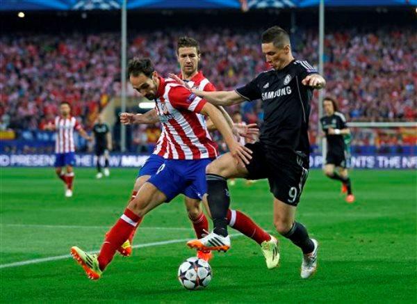 Foto de archivo. Fernando Torres disputando un partido de Liga de Campeones frente al Atlético de Madrid. (AP Foto/Andrés Kudacki).